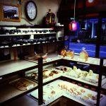ヴィンテージカメラを眺めながら、パンを購入。足立区 大師前のパン屋さん「フレンドベーカリー」。