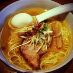 谷根千の定番のラーメン屋、魚介系鶏スープの塩らぁ麺「麺やひだまり」。