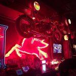 オレゴン州・ポートランドで3番目に古いバイカーの集まる老舗バー「Kelly's Olympian(ケリーズオリンピアン)」。